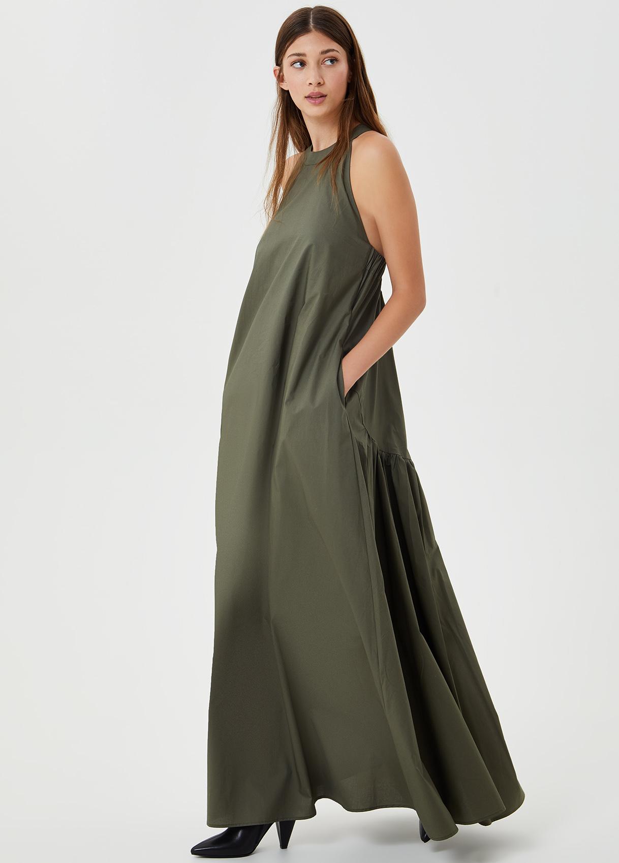 Langes Kleid mit Rückenausschnitt